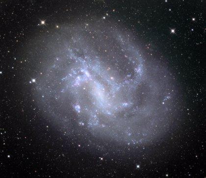 Agujeros negros masivos se revelan deambulando por galaxias enanas