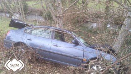 Herida leve una mujer en Cangas del Narcea tras salirse de la carretera con el coche