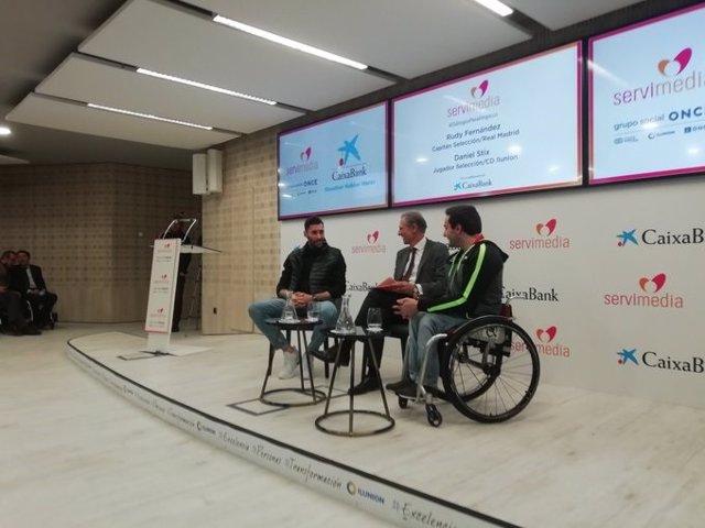 Los jugadores de baloncesto Rudy Fernández y Daniel Stix charlan durante los Diálogos Paralímpicos organizados por Servimedia