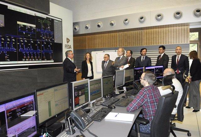 El director general de FEDA, Albert Moles, mostra les installacions al president d'Endesa Energia, Javier Uriarte, acompanyat, entre uns altres, de la ministra de Medi ambient, Sílvia Calvó, i de l'ambaixador d'Espanya, Ángel Ros