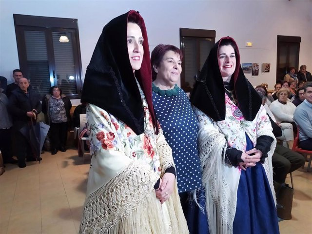 La alcaldesa de Segovia, Clara Luquero, junto a las alcaldesas nombradas por el concejo de aguederas Mónica Martín Gil y Yolanda Cubero Otero