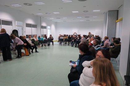 El centro de mayores del Polígono Sur acoge un encuentro comunitario con vecinos y asociaciones