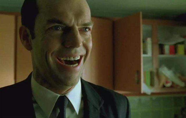Hugo Weaving es el agente Smith en Matrix