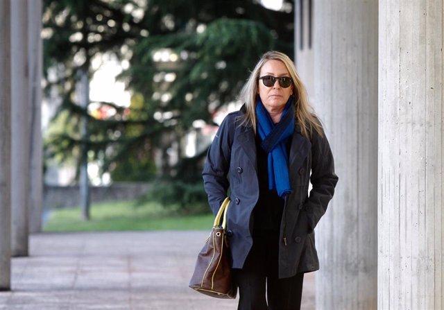 La viuda de Camilo José Cela, Marina Castaño, se dirige a la Audiencia Provincial de Santiago de Compostela, donde se celebra el juicio por malversación de fondos públicos en la Fundación Camilo José Cela, en el que ella se sienta en el banquillo.