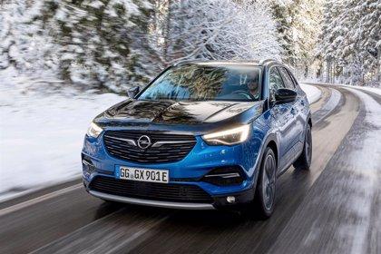 El Opel Grandland X Hybrid4, ya disponible en España con hasta 59 kilómetros de autonomía eléctrica