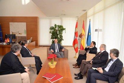 Una delegación del Instituto Internacional de Gobierno traslada a Fuentes su intención de implantar una sede en CyL