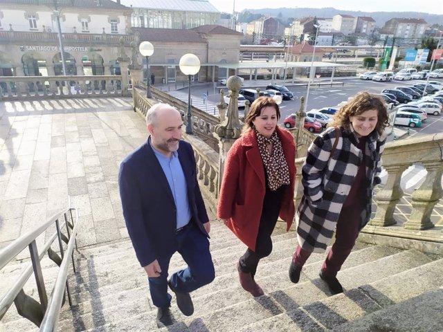 Néstor Rego, Ana Miranda e Goretti Sanmartín do BNG nas escaleiras da estación de ferrocarril de Santiago