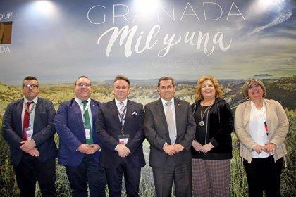 Tres nuevos folletos promocionan en Fitur la oferta de Granada en turismo familiar con niños, de buceo y de golf