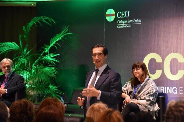 El cirujano Mario Alonso Puig durante su intervención