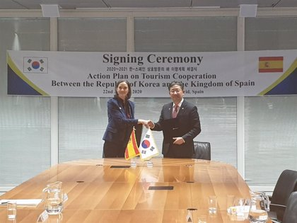 Fitur.- España y Corea del Sur firman un plan de acción para fortalecer las relaciones turísticas entre ambos países