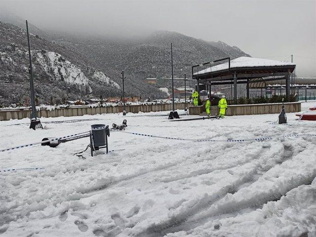 Operaris treballen a la plaa del Poble d'Andorra la Vella.