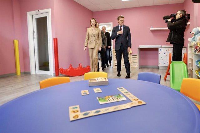O presidente da Xunta, Alberto Núñez Feijóo, acompañado pola conselleira de Política Social, Fabiola García, visita a escola infantil A Tomada, na Pobra (A Coruña)