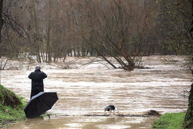 Un home fa una foto del desbordament del riu Ter a causa de les fortes pluges que ha deixat la borrasca Gloria, a Girona (Catalunya), 22 de gener del 2020.