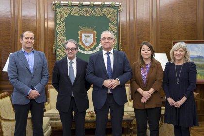 El Ayuntamiento de Pamplona y La Caixa estudian la implantación del programa 'Siempre acompañados' en San Juan