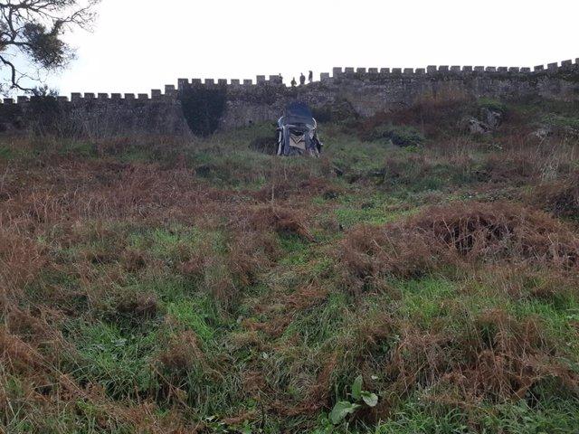 Dos personas se precipitan en su coche desde lo alto de la muralla del Parador de Baiona (Pontevedra).
