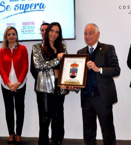India Martínez demuestra su cariño a Roquetas de Mar al recibir un galardón en Fitur
