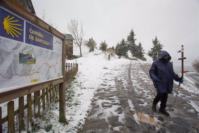 Un hombre camina por el Camino de Santiago durante la nevada del año en las montañas de Os Ancares