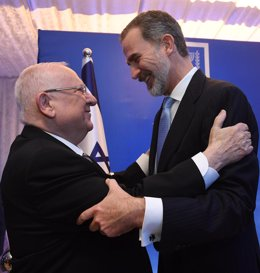 El presidente de Israel Reuven Rivlin (L) da la bienvenida al Rey Felipe VI | Haim Zach/Government Press Office/dpa