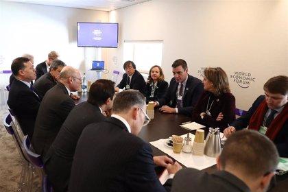 """Sánchez se reúne en Davos con inversores y muestran una """"gran confianza"""" en el nuevo Gobierno"""