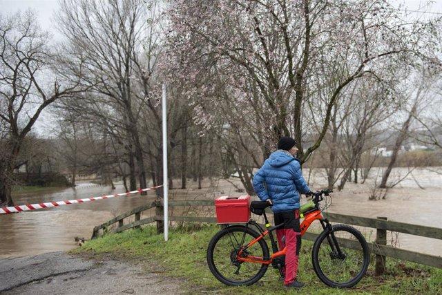 Un home s'apropa a la zona en la qual el rio Ter s'ha desbordat, a causa de les fortes pluges que ha deixat la borrasca 'Gloria', a Girona /Catalunya (Espanya), a 22 de gener de 2020.
