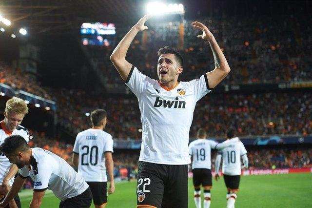 Maxi Gómez celebra un gol con el Valencia CF.