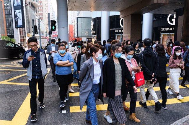 La población china con máscaras quirúrgicas para protegerse de la infección del virus