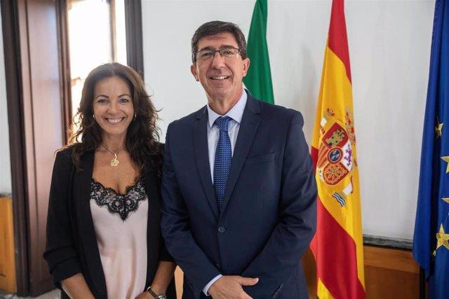 La delegada territorial de Turismo en Huelva, María de los Ángeles Muriel, junto al consejero del ramo, Juan Marín.