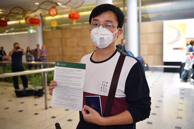 Un pasajero llega al aeropuerto de Sídney desde la ciudad china de Wuhan