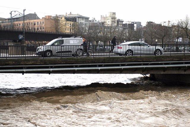 El riu Onyar a punt de sortir de mare, a causa de les fortes pluges que ha deixat la borrasca Gloria, Girona /Catalunya (Espanya), 22 de gener del 2020.