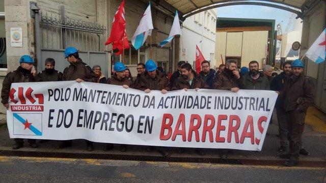 Concentración convocada por la CIG a las puertas del astillero vigués Hijos de J. Barreras, para exigir una solución para la empresa, a las puertas de finalizar su fase preconcursal.