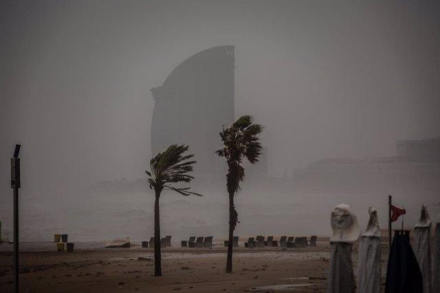 Imatge de la platja de la Barceloneta durant el pas de la borrasca Gloria que va deixar fortes ratxes de vent i pluja, a 21 de gener del 2020