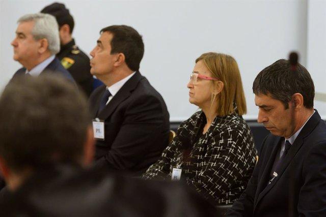 L'exdirector dels Mossos d'Esquadra, Pere Soler (E); l'exintendent dels Mossos d'Esquadra, Teresa Laplana (C); i l'exmajor dels Mossos, Josep Lluís trapero (D), a l'Audincia Nacional, Madrid /Espanya, 20 de gener del 2020.