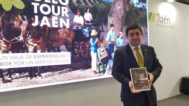 El presidente de la Diputación de Jaén, Francisco Reyes, presentado en la Feria Internacional de Turismo (Fitur) la guía de oleoturismo