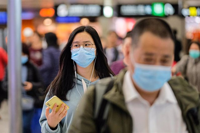 23 January 2020, China, Hong Hong: Travellers wear surgical mask at the departure hall of the West Kowloon Rail station. Hong Kong is in high alert as the coronavirus outbreak killed 17 people in China so far, travellers are being cautious and many put on
