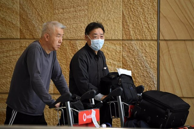 A passenger wearing a protective masks on arrival at Sydney International Airport in Sydney, Thursday, January 23, 2020. Australia is working to keep out the deadly coronavirus, as a flight from the city at the centre of the outbreak arrives in Sydney. (A