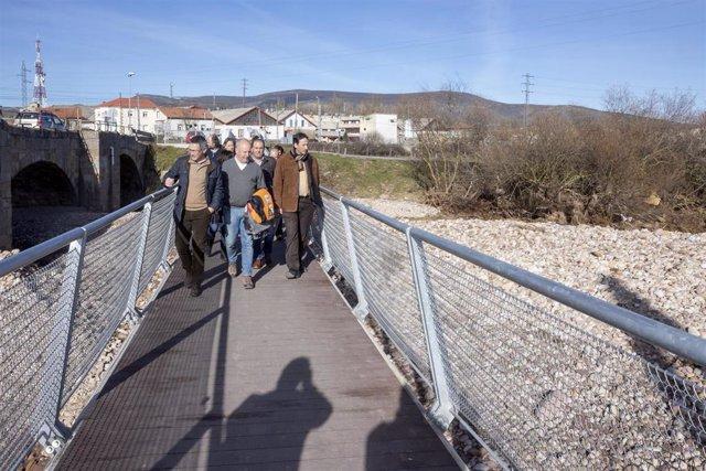 El consejero de Obras Públicas, José Luis Gochicoa, y el alcalde de Reinosa, José Miguel Barrio, visitan la confluencia de los ríos Hijar y Ebro afectadas por los desbordamientos del pasado 19 de diciembre (archivo)
