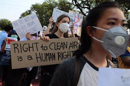Decenas de personas protestan en Bangkok para pedir medidas contra los altos niveles de contaminación