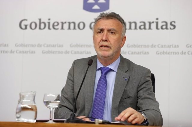 El presidente de Canarias, Ángel Víctor Torres, en la kectura de la declaración institucional sobre la delimitación de aguas de Marruecos