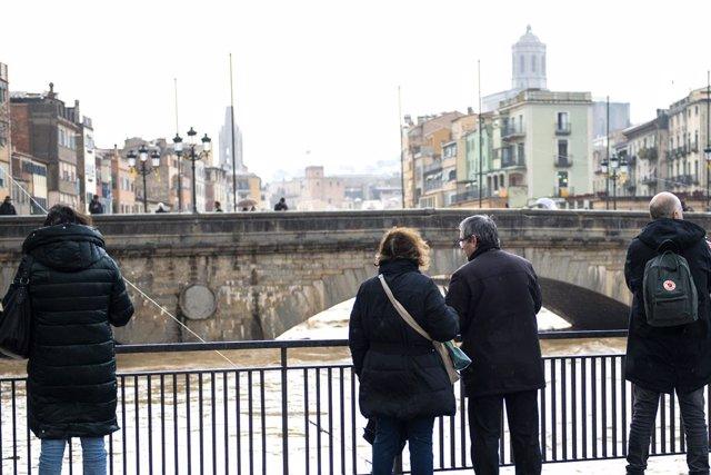 Diversos vens de Girona veuen com el riu Onyar est a punt d'anar-se'n de mare a causa de les fortes pluges que ha deixat la borrasca Gloria, Girona /Catalunya (Espanya), 22 de gener del 2020.