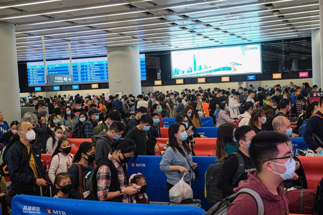 23 January 2020, China, Hong Hong: Travellers line up at the departure hall of the West Kowloon Rail station.