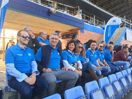 Los voluntarios de La Caixa organizan una grada solidaria en el partido de copa Recreativo de Huelva y Osasuna