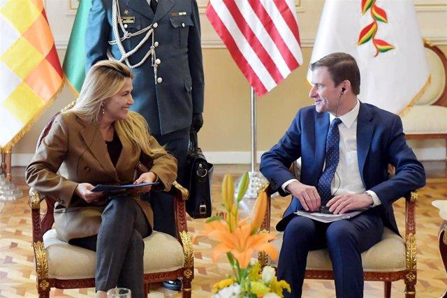 El subsecretario de Estado para Asuntos Políticos de Estados Unidos, David Hale (d), junto a la autoproclamada presidenta interina de Bolivia, Jeanine Áñez (i)