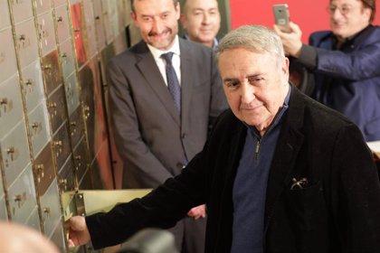 """Molina Foix deposita cuatro sobres con recuerdos de su vida, un testamento """"sin legado"""" y """"mensajes para el futuro"""""""
