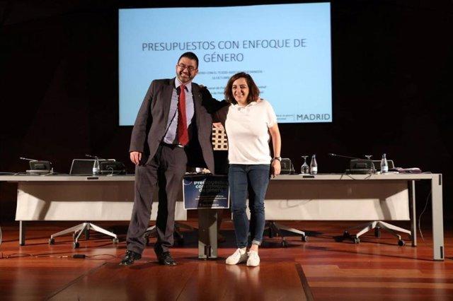 Mayer y Sánchez Mato posando antes de las jornadas de impacto de género