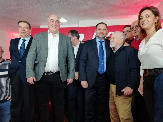 Ábalos (centro), en la inauguración de la nueva sede del PSOE en Córdoba.
