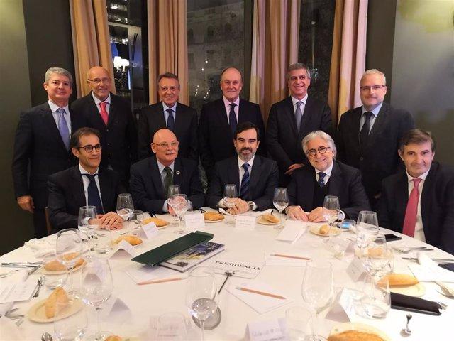 En la primera fila, Pau Relat (Fira de Barcelona), John Hoffman (GSMA), Antonio Delgado (Círculo de Economía), Josep Sánchez Llibre (Foment del Treball) y Jordi Juan (La Vanguardia), en Barcelona el 23 de enero de 2020, antes de una conferencia de Hoffman