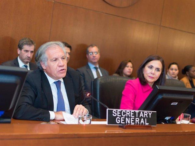 El secretario general de la OEA, Luis Almagro, y la ministra interina de Asuntos Exteriores del autoproclamado Gobierno de Bolivia, Karen Longaric.