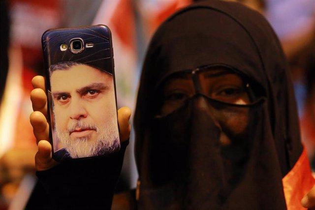 Una simpatizante del clérigo chií Muqtada al Sadr