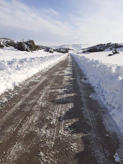 Tres carreteras permanecen cortadas al tráfico y se requiere el uso de cadenas en varias vías de Aragón