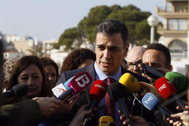 El president del Govern central, Pedro Sánchez, atén els mitjans al Port de Cala Rajada a Capdepera (Mallorca), durant la seva visita a les zones afectades per la borrasca Gloria, a 23 de gener del 2020